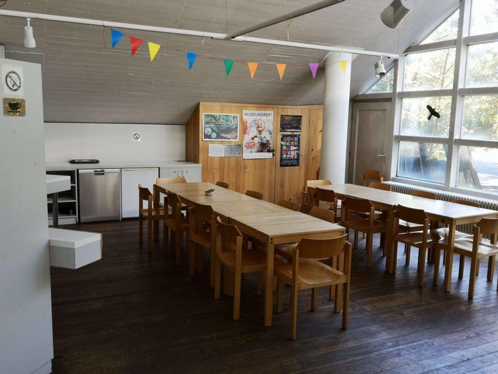Die kleine Cafeteria mit einigen Sitzmöglichkeiten im ersten Stockwerk des StadtWaldHauses - Frankfurt mit Kids