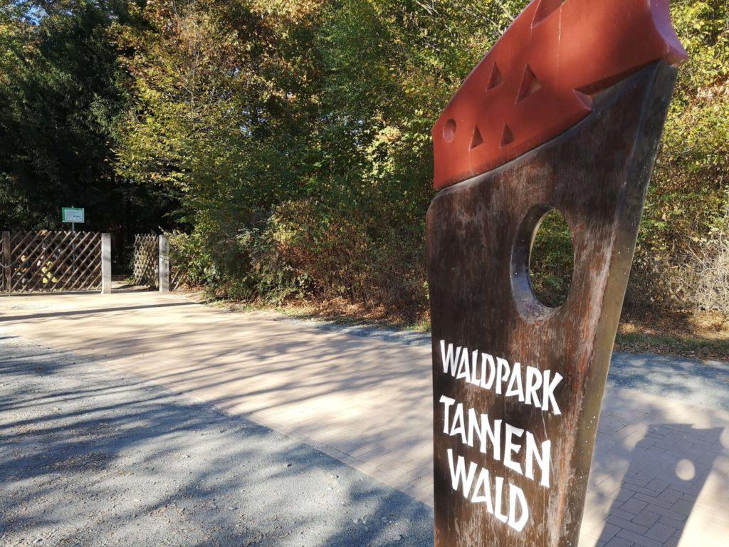 Der Eingang zum Waldspielpark Tannenwald in Neu-Isenburg - Frankfurt mit Kids
