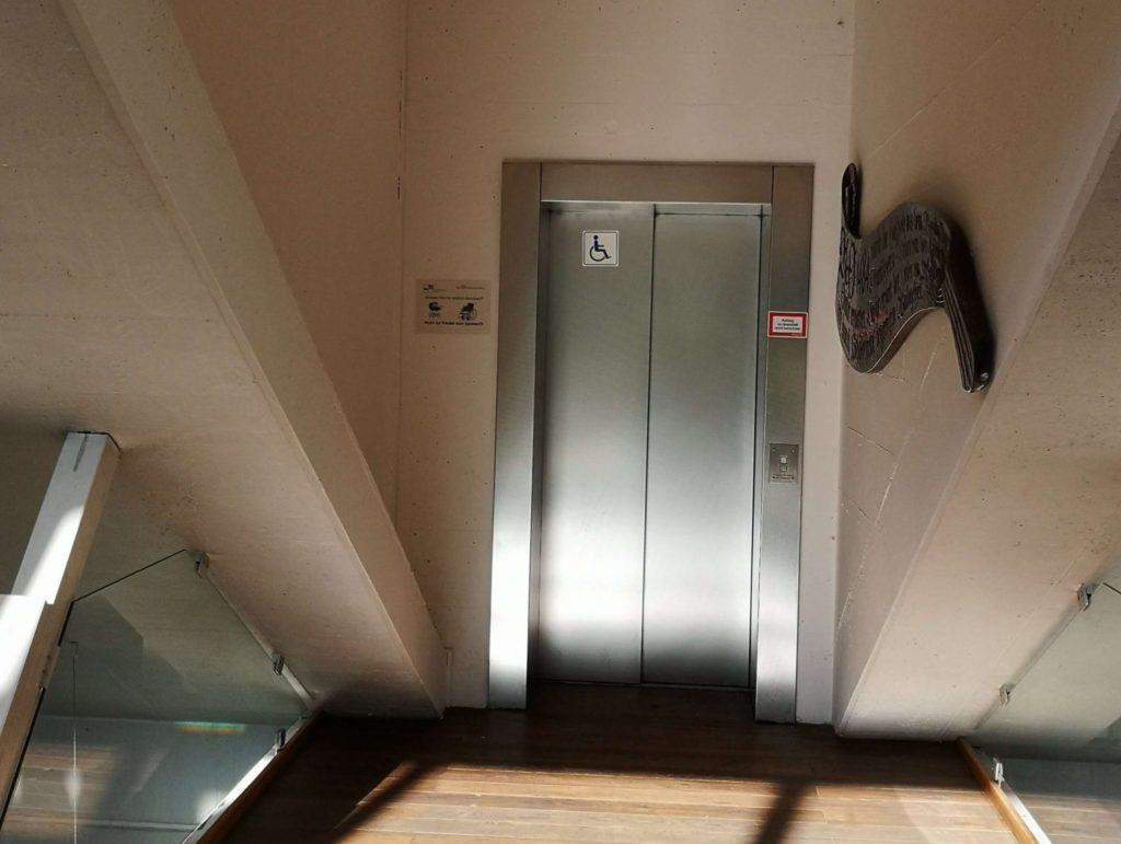 Mit dem Aufzug können auch Rollstuhlfahrer und Kinderwägen in den oberen Stock kommen - Frankfurt mit Kids