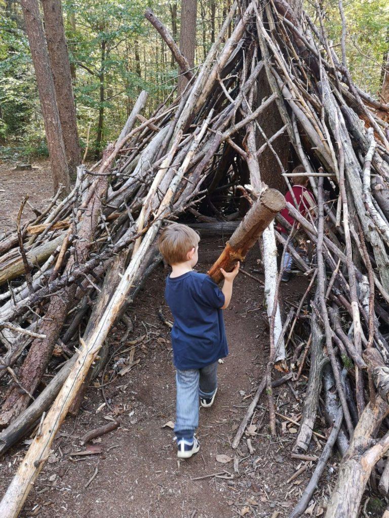 Selbstgebaute Zelte sind das Highlight der Jungs - Frankfurt mit Kids