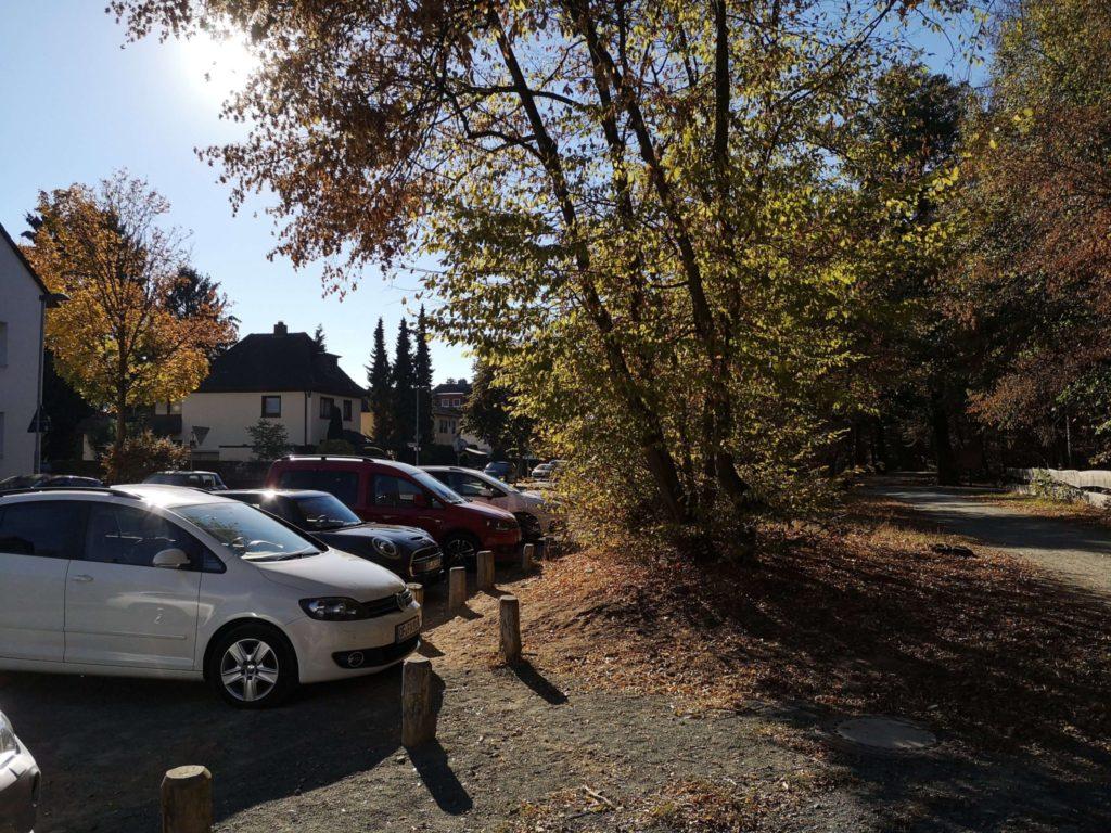 Viele Parkplätze direkt am Eingang zum Waldspielpark Tannenwald in Neu-Isenburg - Frankfurt mit Kids