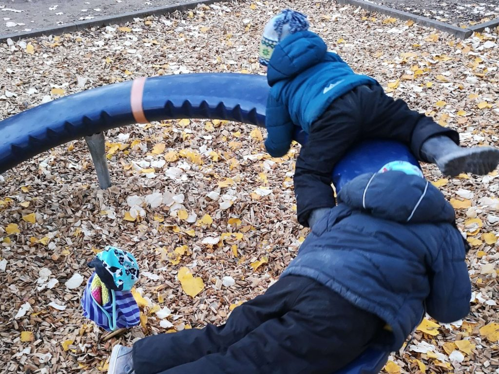 Das Karussell auf dem Spielplatz am Solmspark ist ein riesen Spaß