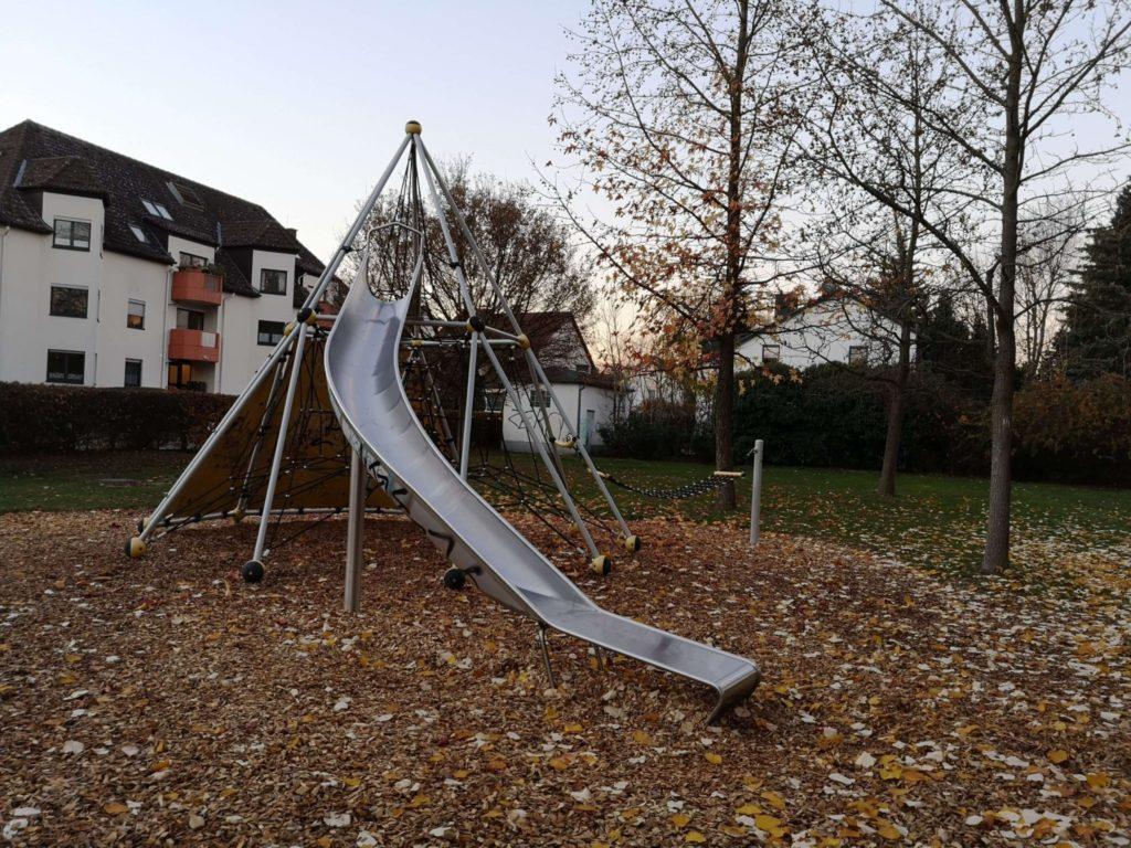 Ein Klettergerüst für größere Kids, die als Belohnung dann rutschen dürfen