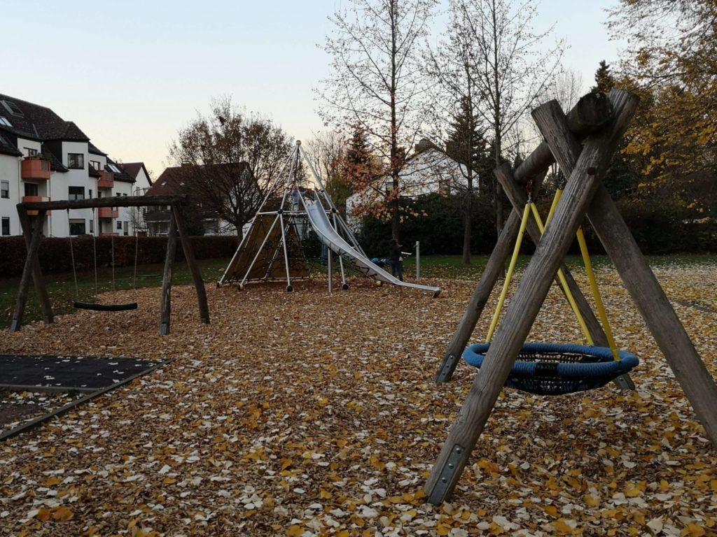 Unterschiedliche Schaukelmöglichkeiten auf dem Spielplatz in Rödelheim