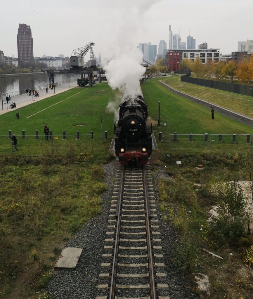 Historische Eisenbahn dampft hübsch durch Frankfurt am 3. Advent