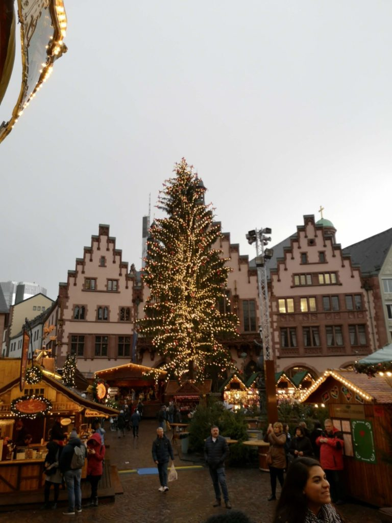 Wunderschöner Weihnachtsbaum auf dem Frankfurter Römer