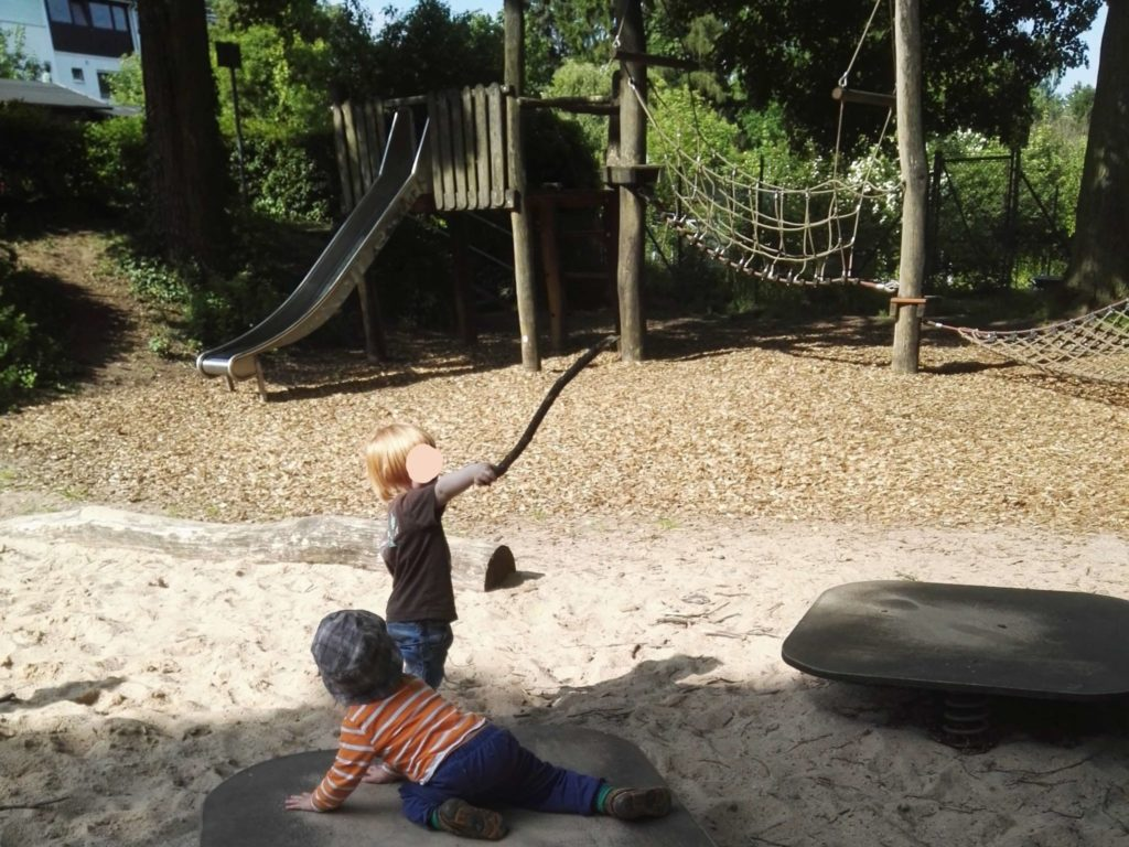 Sandkasten und Wackelbretter sind sehr beliebt bei meinen Kids