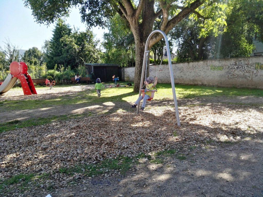 Der Kleinkind-Spielplatz am Camillo-Sitte-Weg hat eine tolle Baby-Schaukel