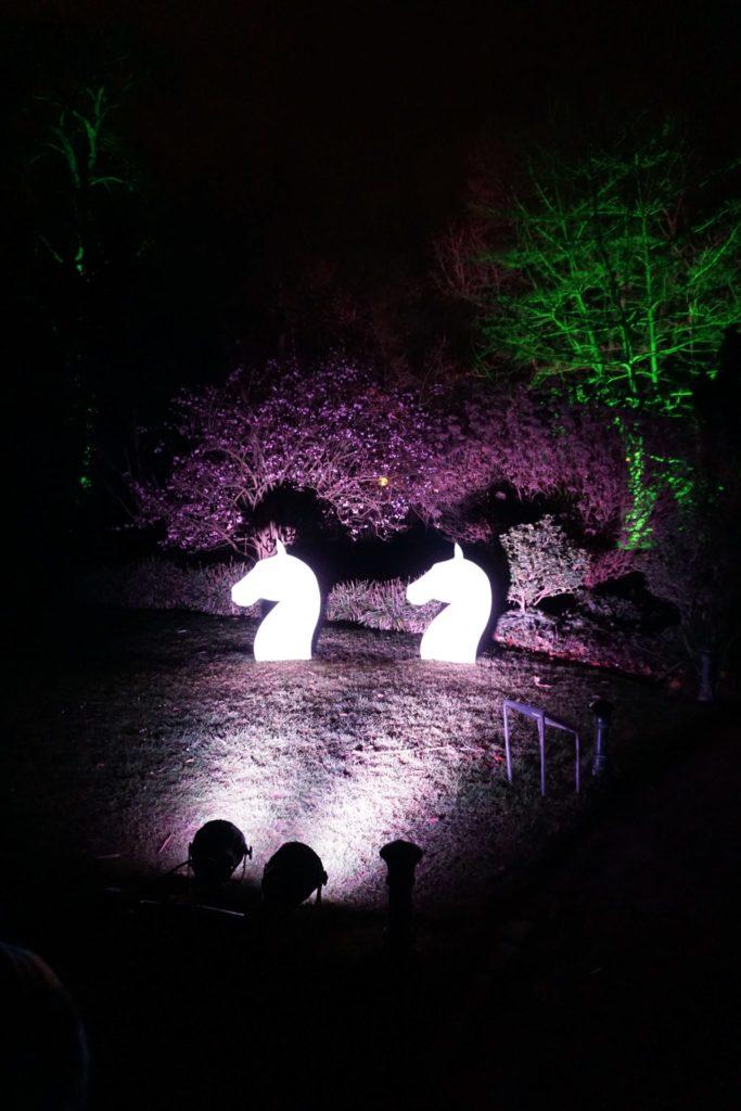 Mystisch wird es bei den Pferden direkt neben dem bunt-beleuchteten Bambuswald.