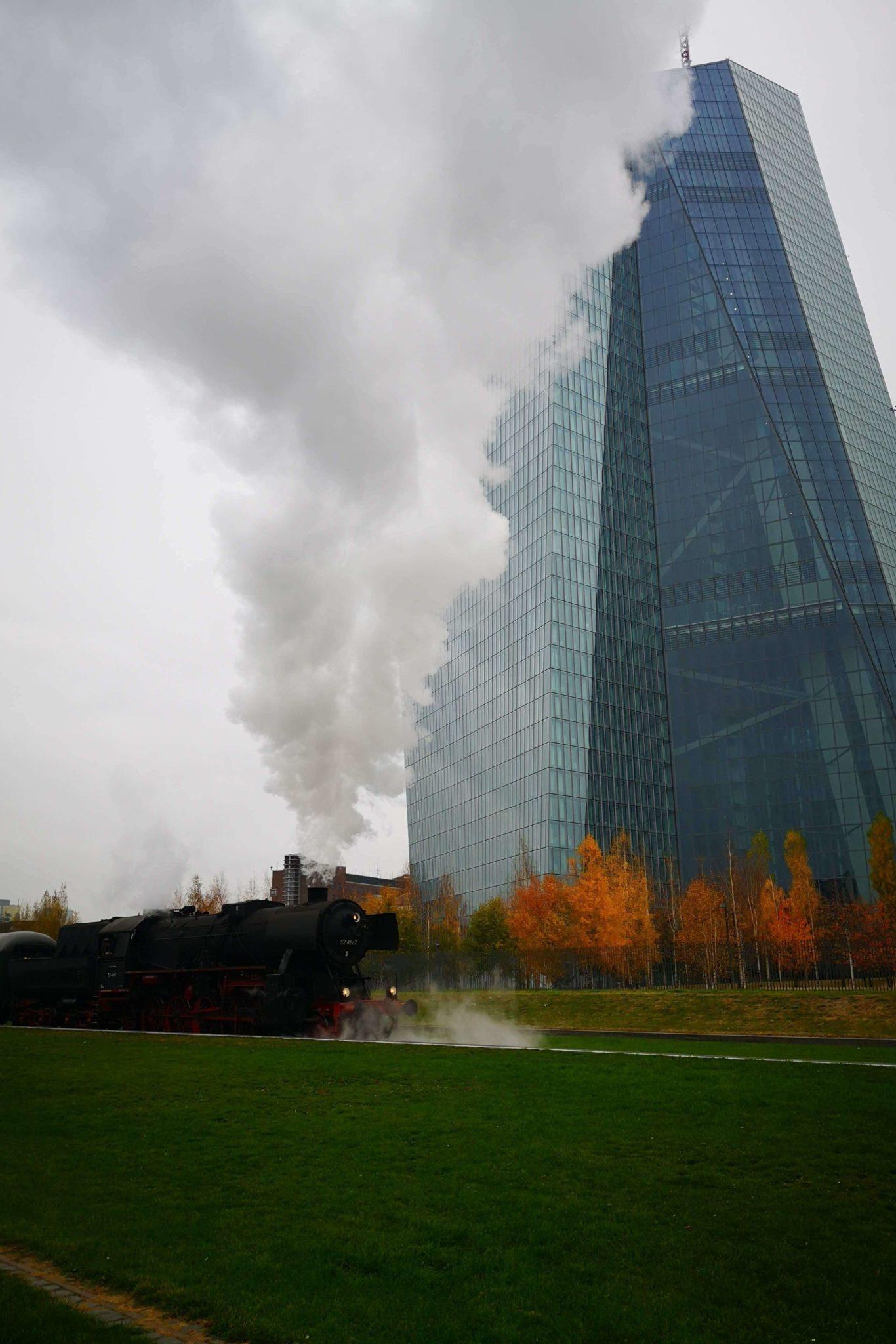 Mit der Dampflok an der EZB in Frankfurt vorbei