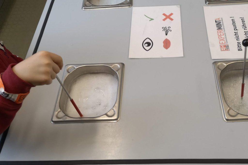 Seifenblasen-Experimente - aber nicht pusten!