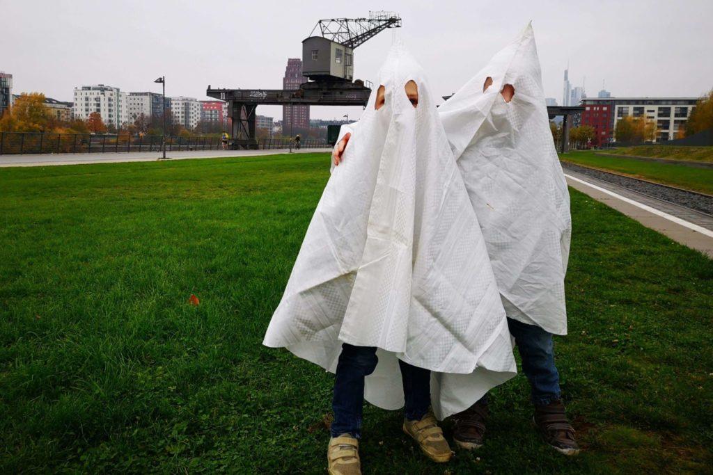 Als Geister verkleidet bekommen die Kinder freie Fahrt im Dampflok-Express