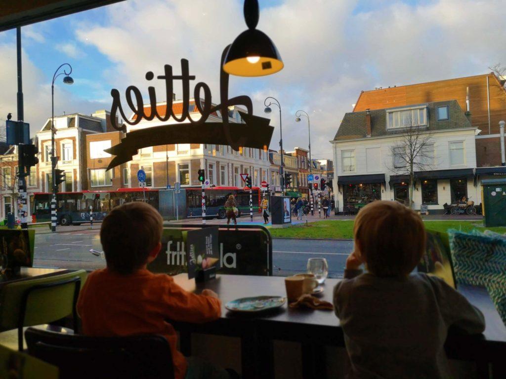 Durch das große Fenster haben die Jungs viel zu entdecken - Haarlem, eine tolle Stadt mit vielen Bussen