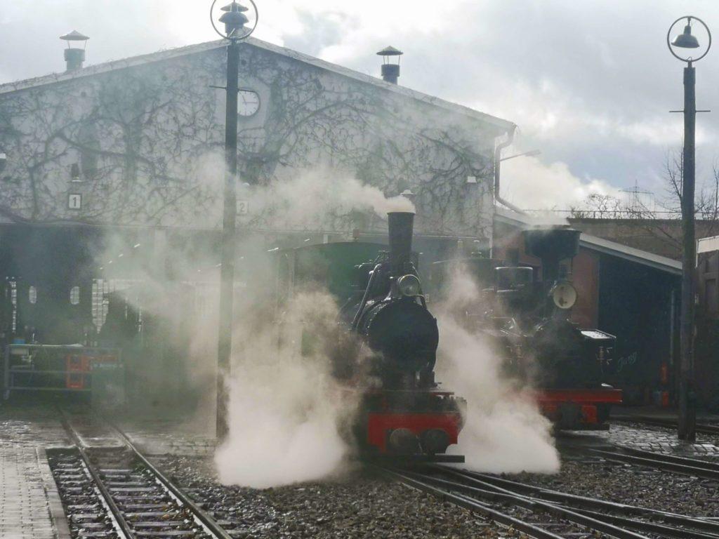 Schmalspurbahnen des Feldbahnmuseums Frankfurt bereit zur Fahrt