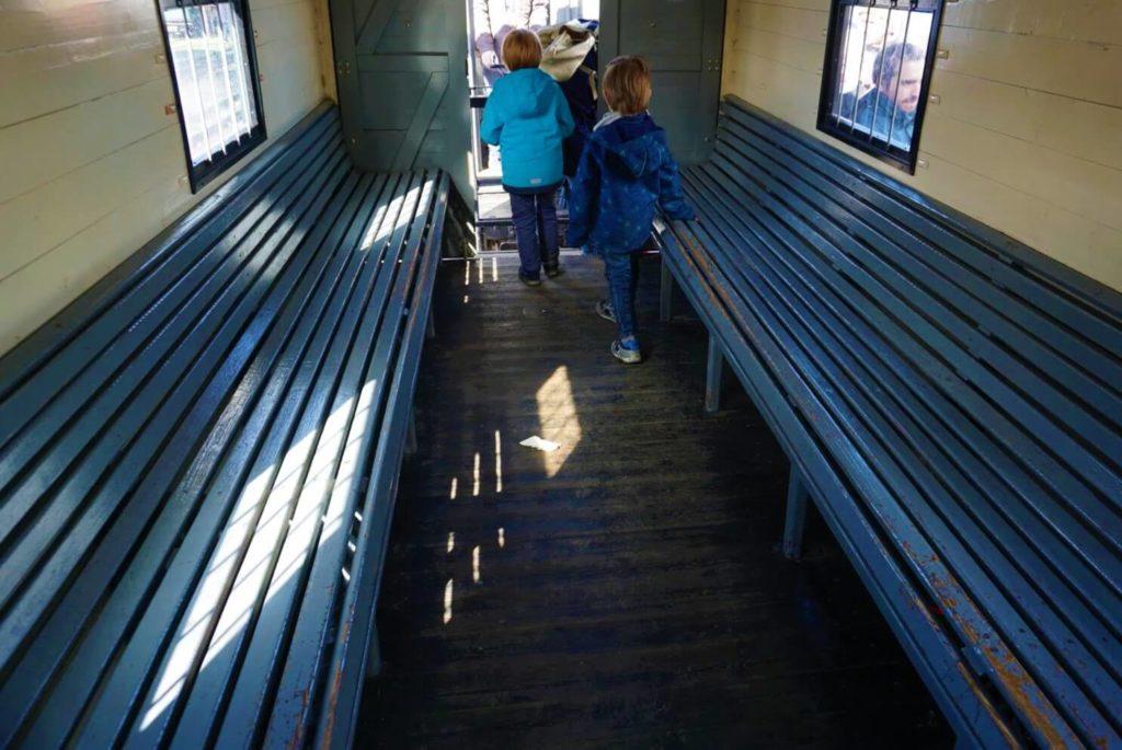 Holzklasse in der Feldbahn