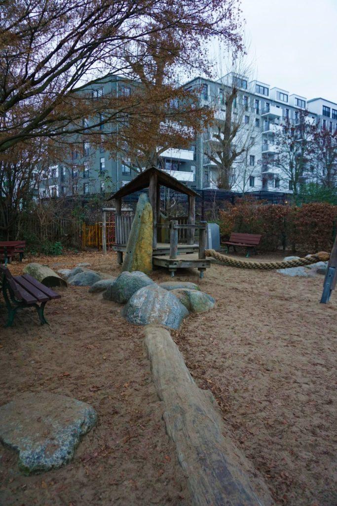 Der Spielplatz im Zoo Frankfurt ist groß genug zum Toben.
