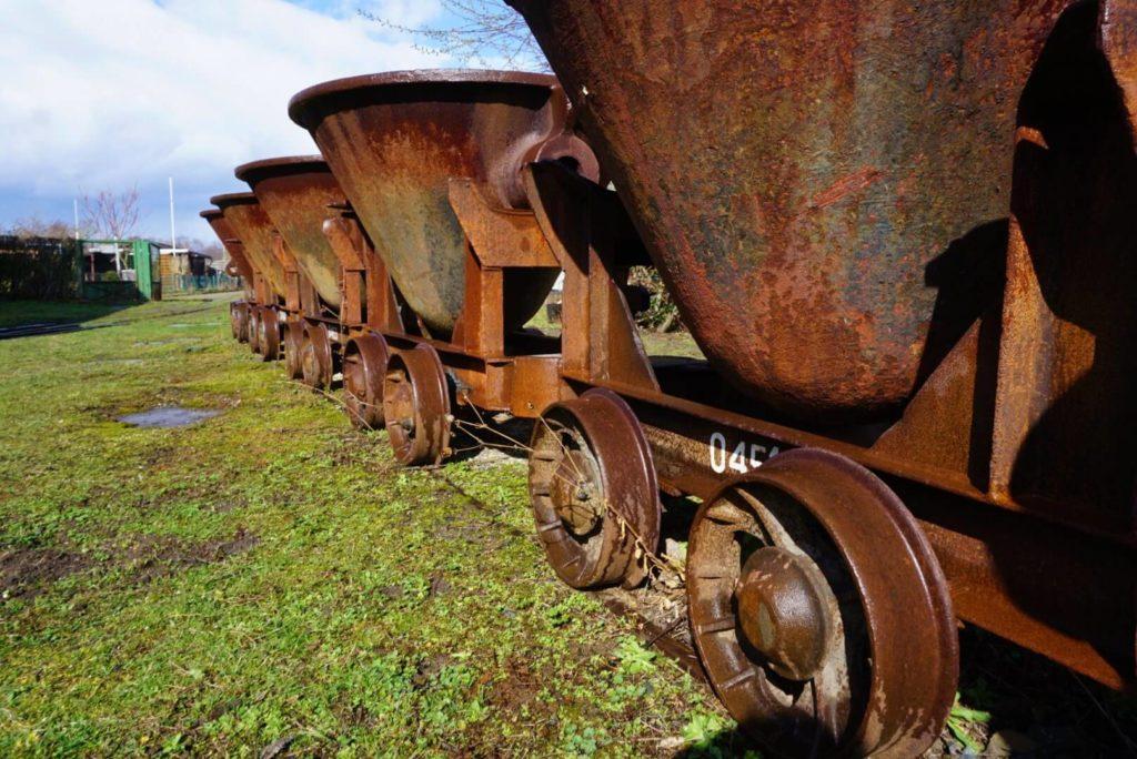 Muldenkipploren auf dem Gelände des Feldbahnmuseums - gefüllt mit Regen