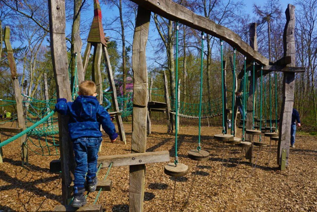Klettern lieben die Jungs auf dem Abenteuerspielplatz in Bad Nauheim