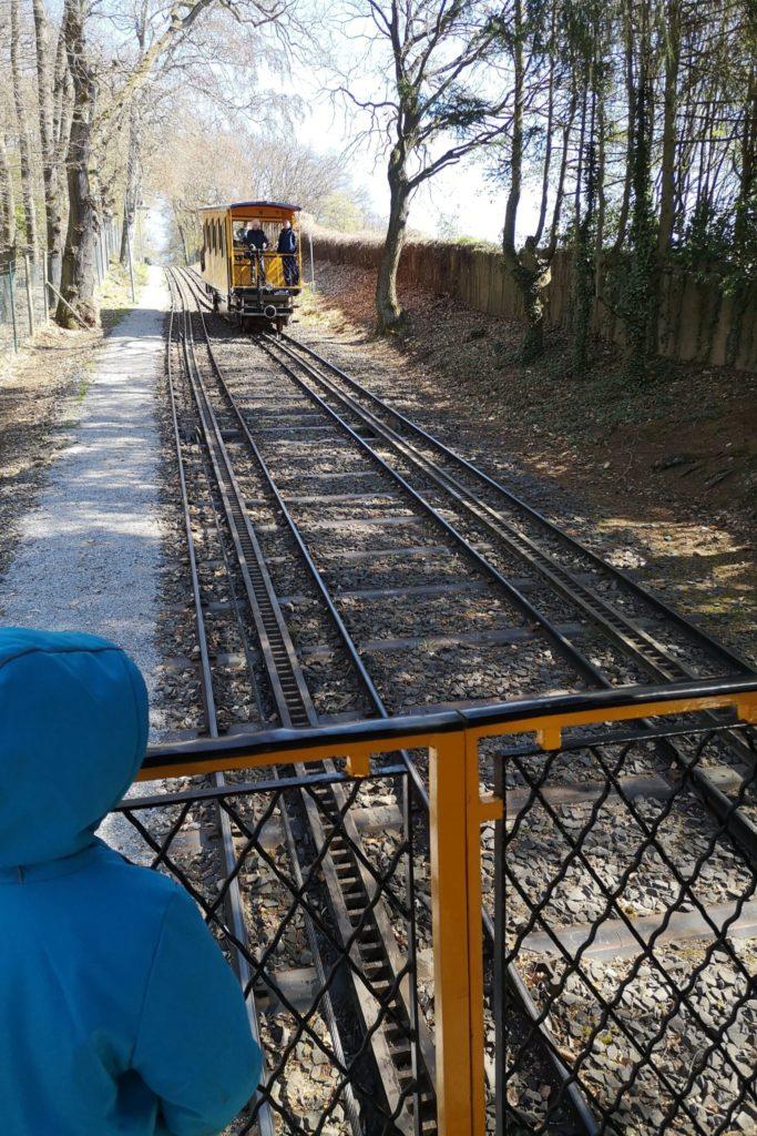 Zwei Bahnen sind im Einsatz - die eine Bahn zieht die andere hoch