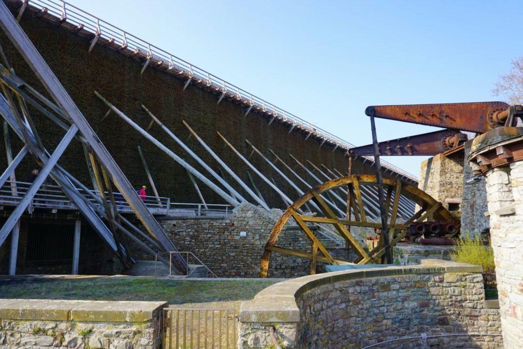 Wunderschönes Wasserrad mit dem Gradierbau III im Hindergrund