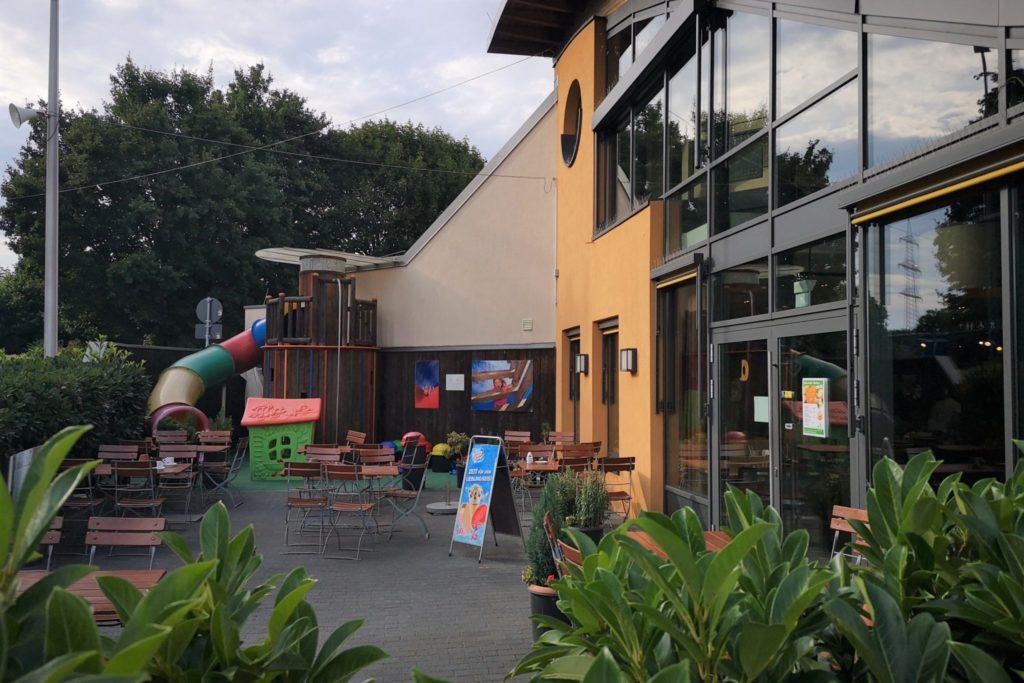 Der Außenbereich mit Spielplatz Raststätte Restaurant Taunusblick