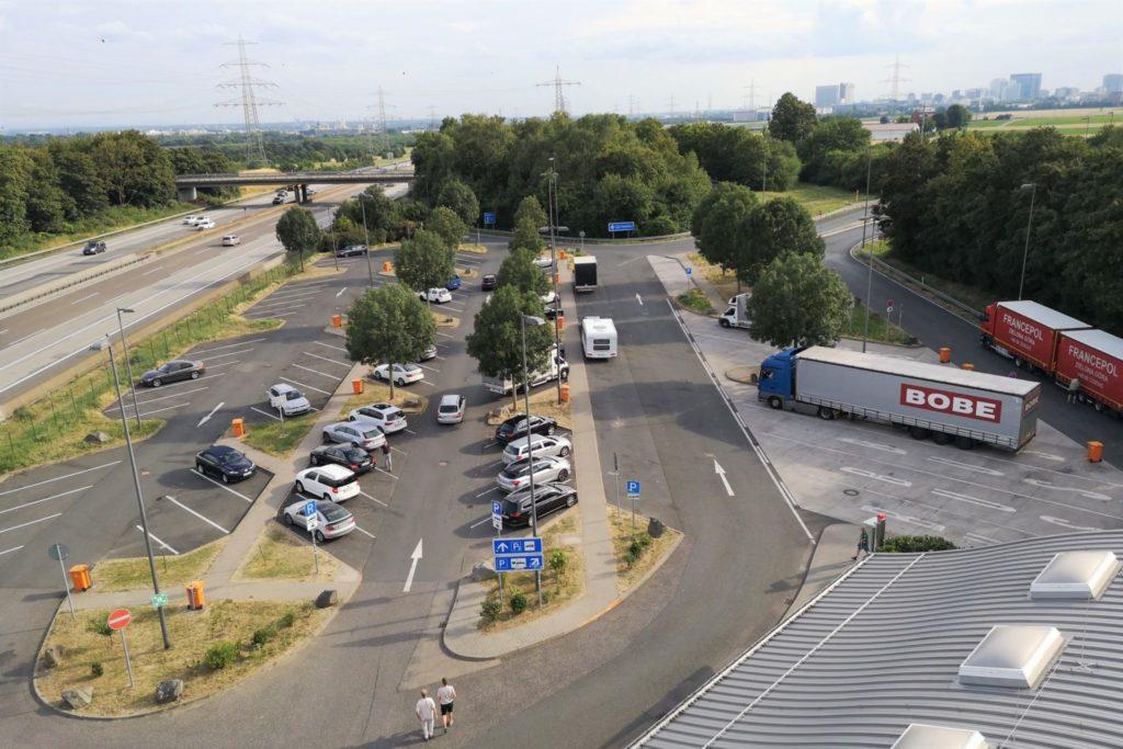 Blick auf den Parkplatz der Raststätte Taunusblick