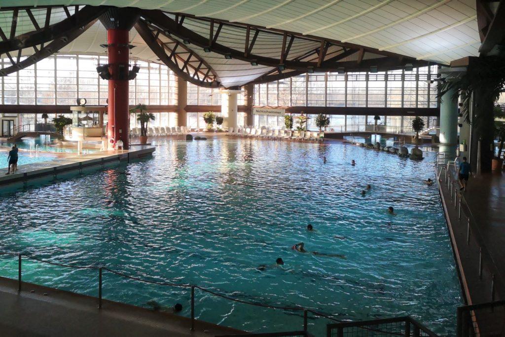 Diese Ausflüge mit Kindern machen auch bei Regen Spaß, zum Beispiel ein Besuch im Schwimmbad - hier das Rebstockbad in Frankfurt