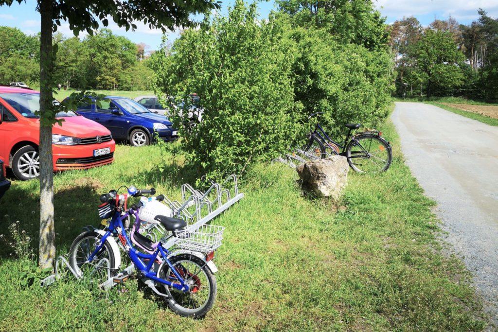 Parkplätze für Fahrräder und Autos direkt vor dem Eingang für den perfekten Start des Familienausflugs in Weiterstadt bei Darmstadt
