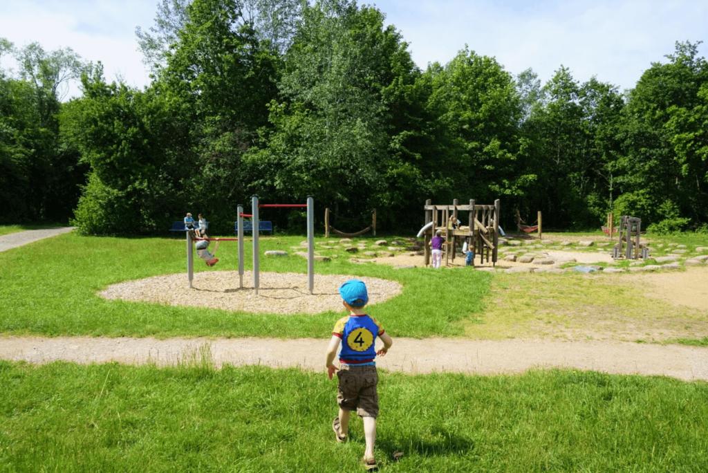 Kind läuft zum Spielplatz der Weilbacher Kiesgruben
