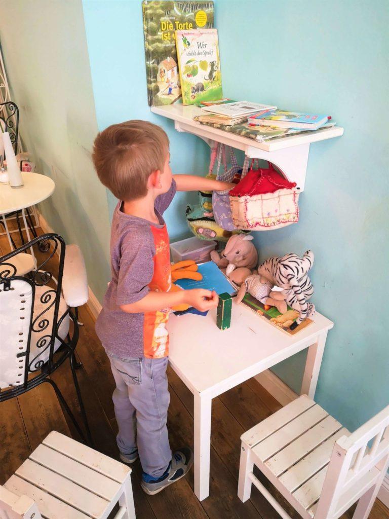 Kind spielt in der Kinderecke im Café Glücklich in Wismar