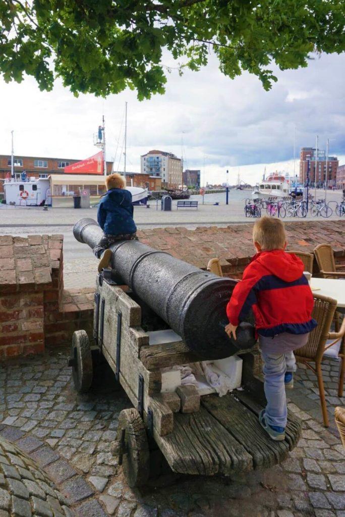 Kinder auf Kanone in Wismars Hafen