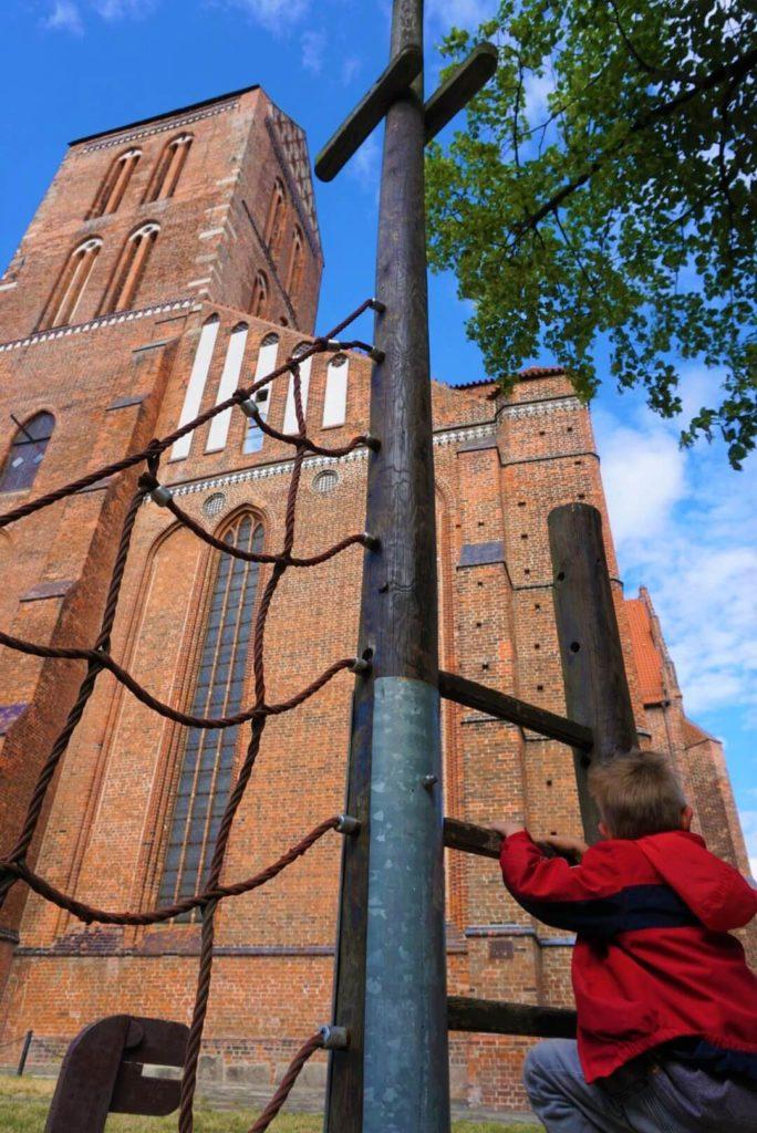 Spielplatz direkt vor der St. Nikolai Kirche in Wismar