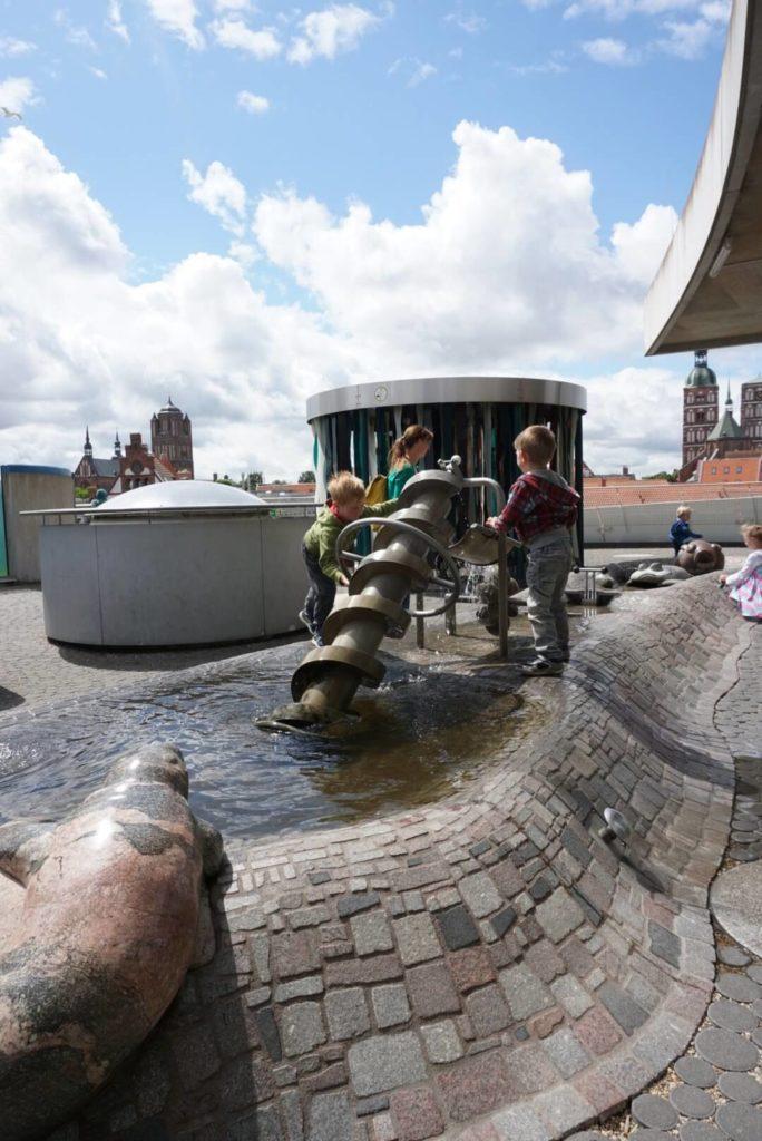 Wasserspiele im Ozeaneum Stralsund