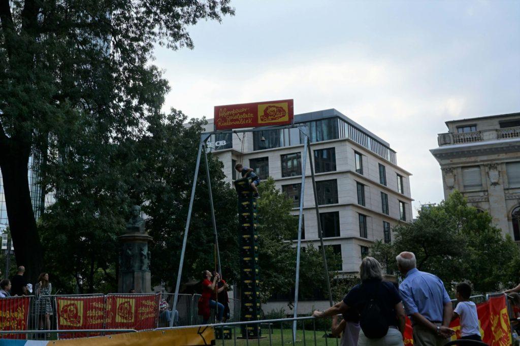 Kisten stapeln Opernspiele Frankfurt