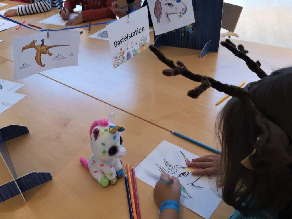 Kind malt ein Einhorn