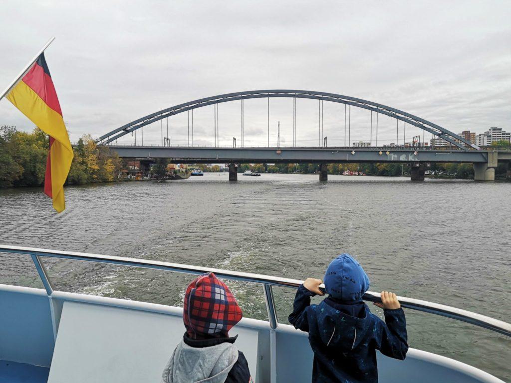 Kinder schauen vom Schiff auf den Main