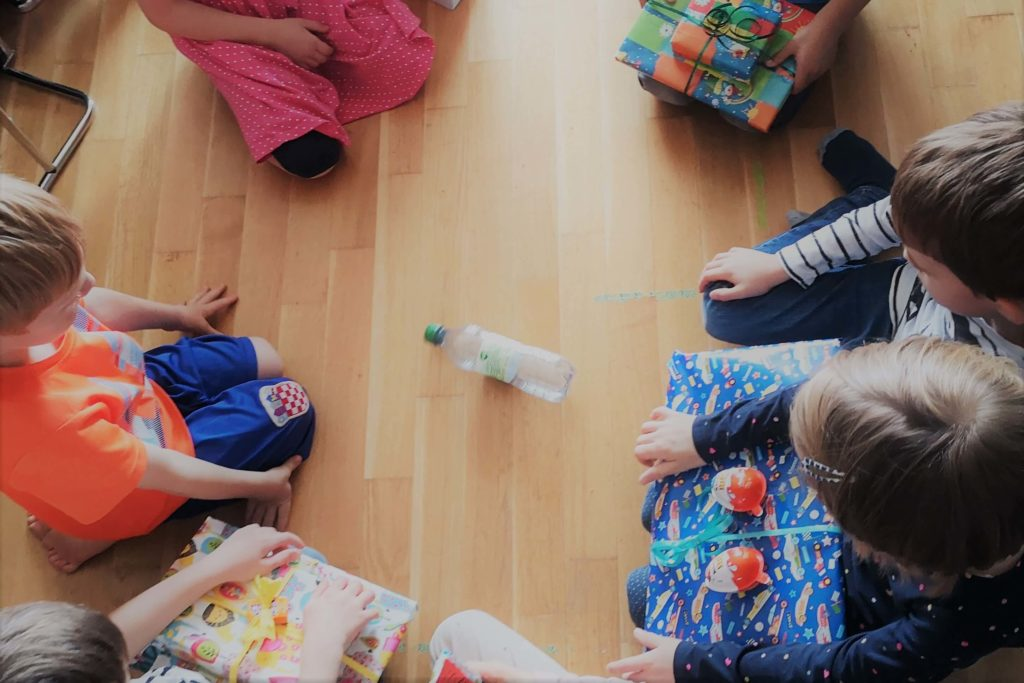 Kinder Kreis Flaschendrehen