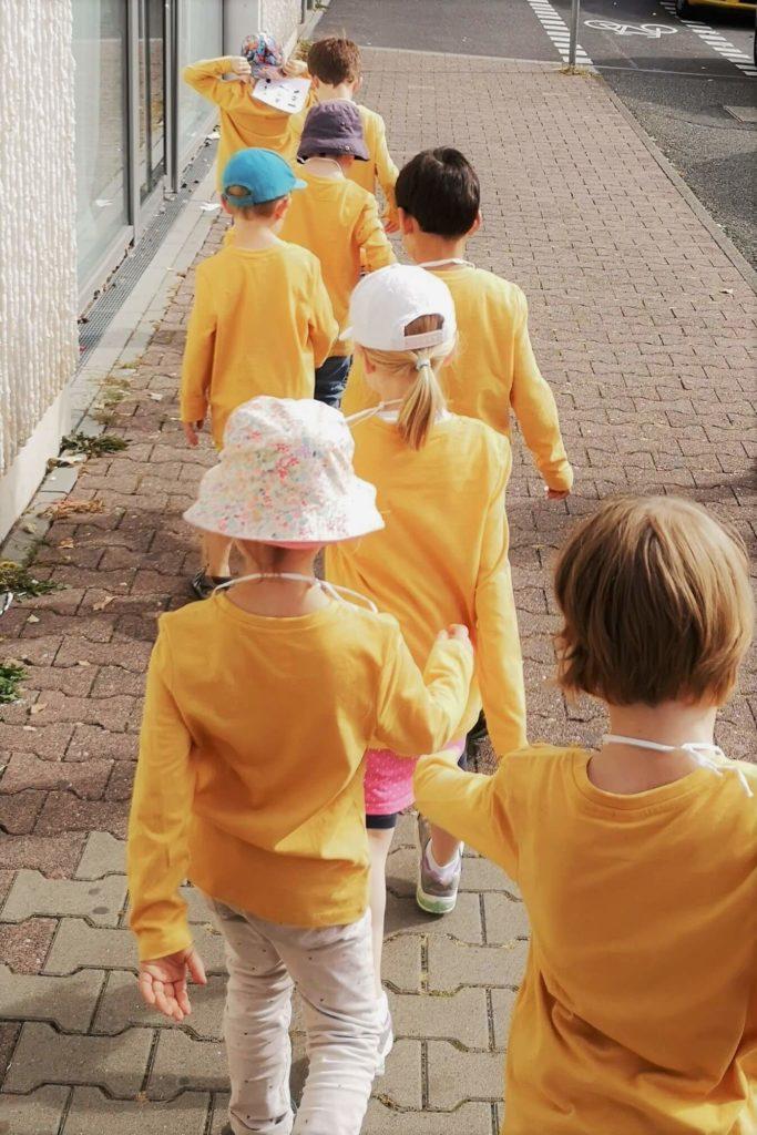 Kinder in der Reihe