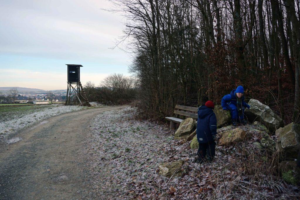 Kinder klettern auf Felsen