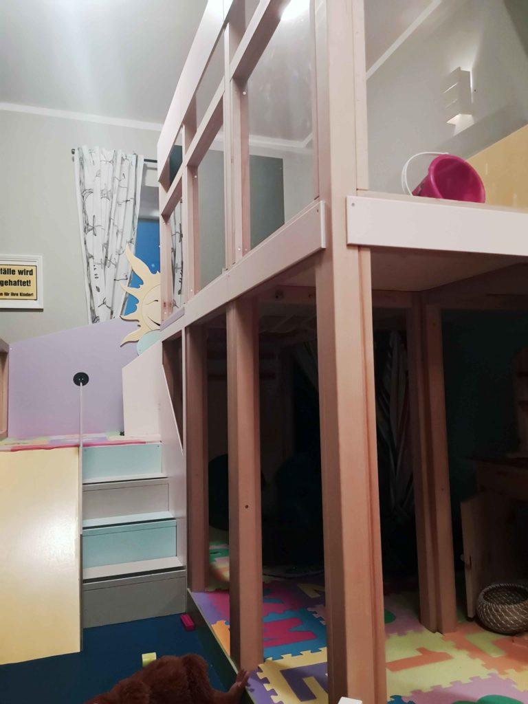 Spielecke mit Rutsche und Treppen