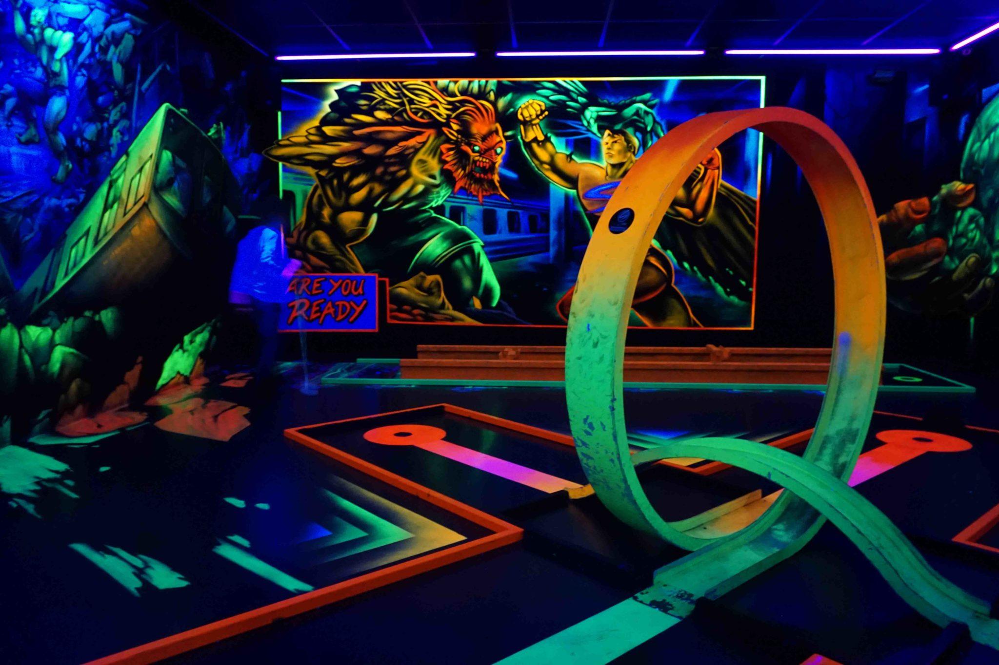 Schwarzlichthelden in Frankfurt - Indoor-Minigolf in 3D