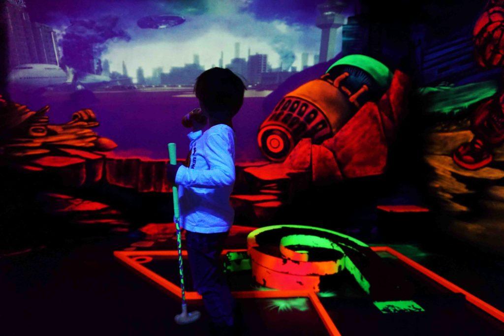 junge trinkt vor graffiti schwarzlichthelden