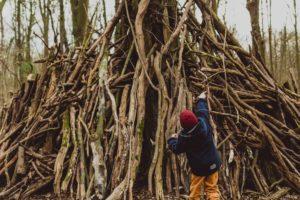Kind vor Holzzelt im Ginnheimer Wäldchen