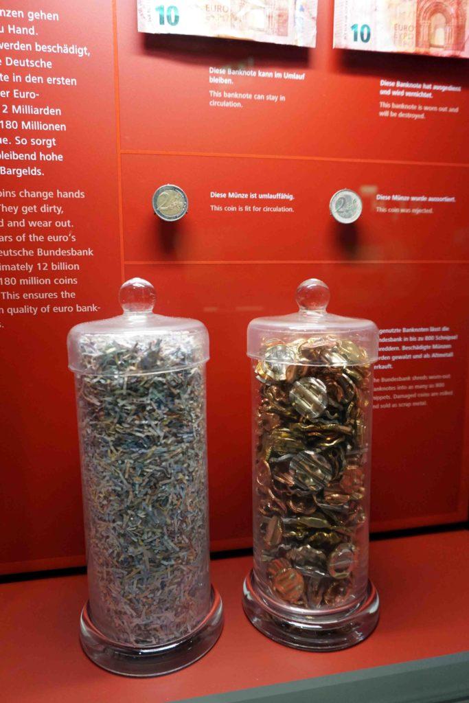 Kaputtes Geld im Geldmuseum Frankfurt