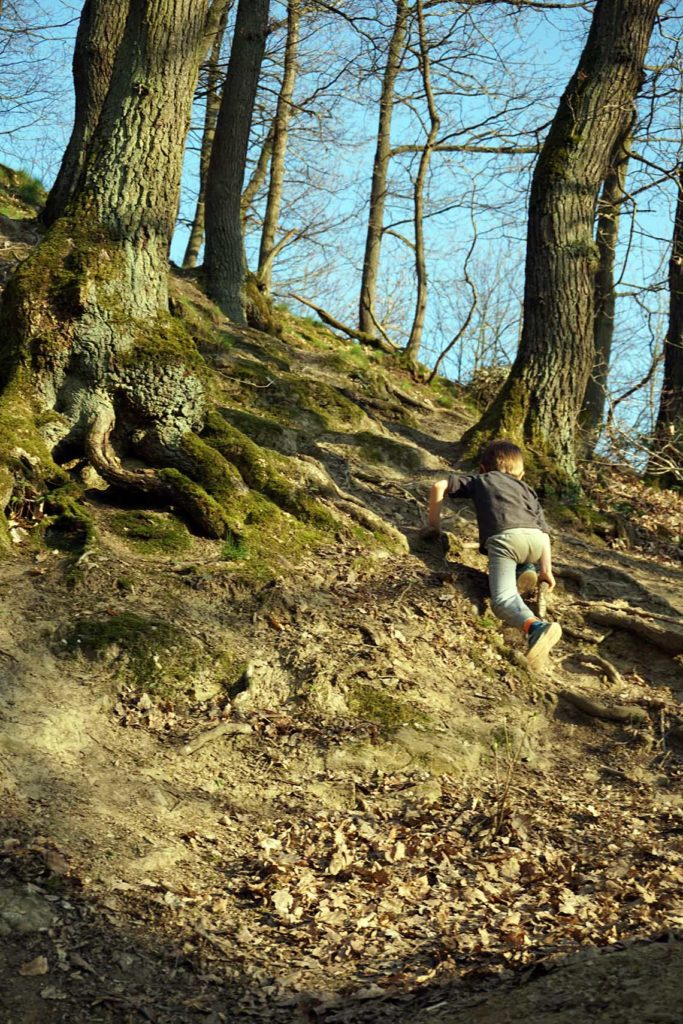 Kind klettert