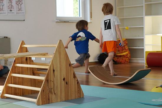 Kinder spielen im gemieteten Familienraum in Hofheim