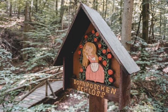 Dornröschen Schild der Obrunnschlucht Märchenpfad