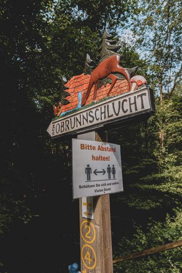 Schild Obrunnschlucht Märchenpfad Höchst