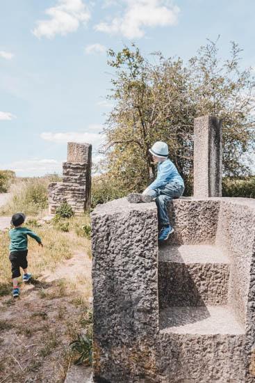 Kinder Steiniger Sitz
