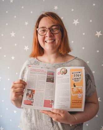 Catrin mit dem Grashüpfer Familienmagazin